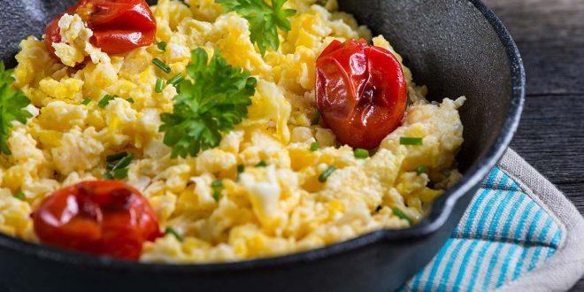 طريقة عمل البيض بالطماطم و الجبن الفيتا