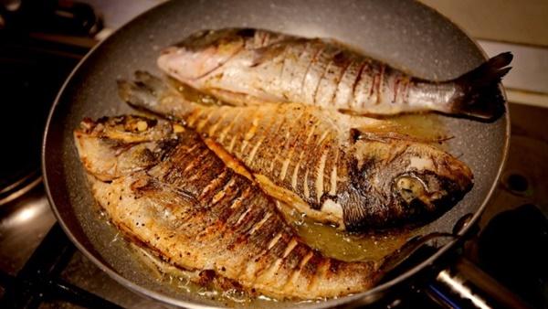 طريقة التخلص من رائحة السمك اثناء القلي