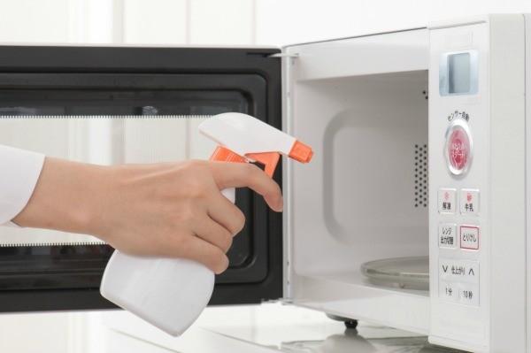 كيفية التخلص من رائحة حريق المأكولات في الميكرويف