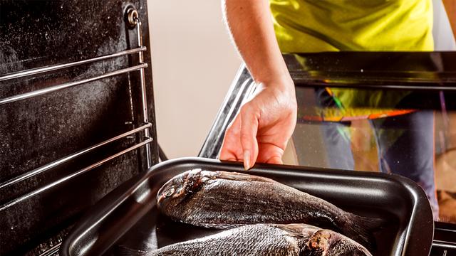 التخلص من رائحة السمك في الفرن