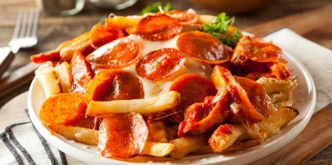 طريقة عمل بيتزا البطاطس المحمرة بالبيبروني والسوسيس