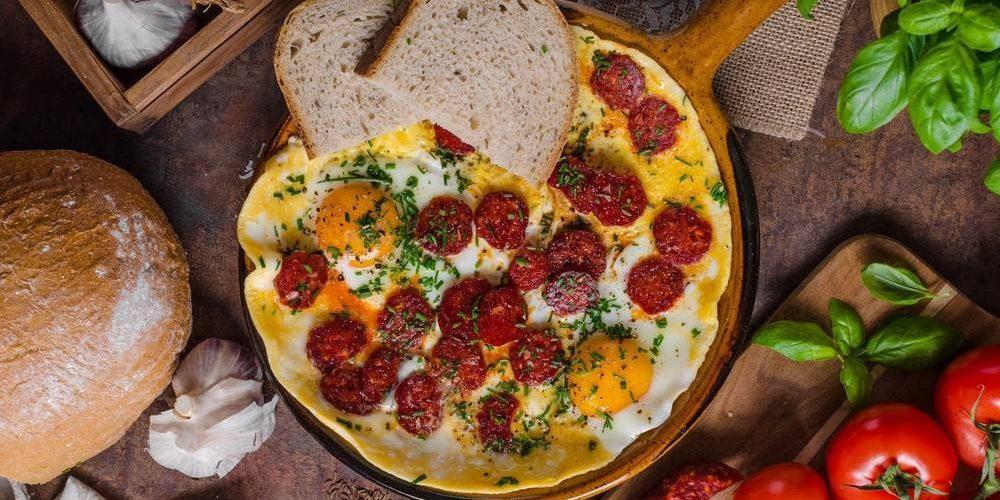 طريقة عمل بيض بالسوسيس والجبن