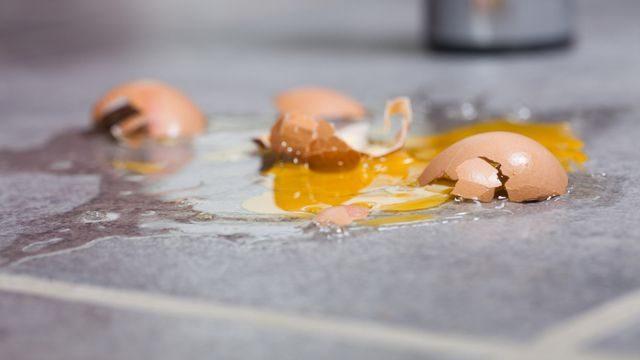 كيف ننظف مكان البيض المكسور