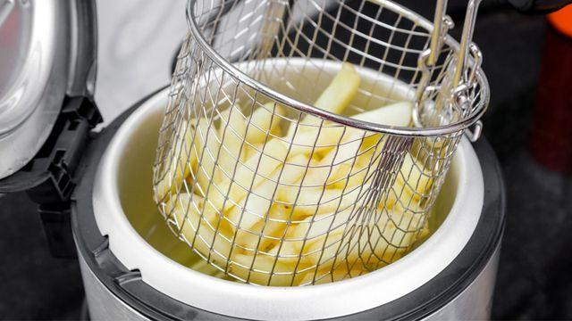 طريقة تنظيف قلاية البطاطس الكهربائية