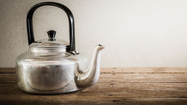 طريقة تنظيف ابريق الشاي المحروق