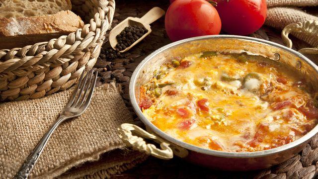 طريقة عمل بيض بالطماطم والجبن