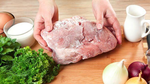 طريقة تذويب اللحم المجمد والخضار بسرعة