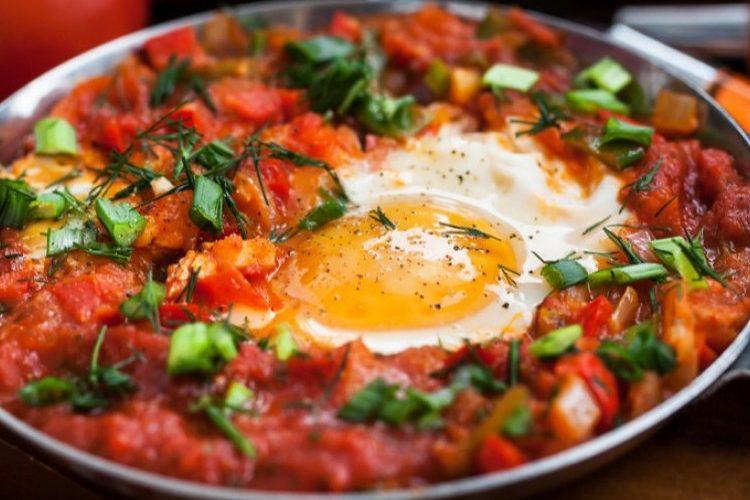 طريقة عمل بيض بالبسطرمة والطماطم