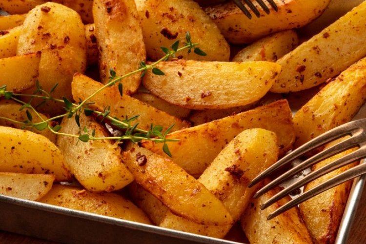 طريقة عمل أصابع البطاطس بصوص البابريكا والزعتر