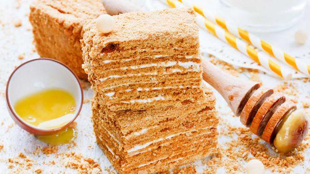 طريقة عمل كيكة العسل الكذابه