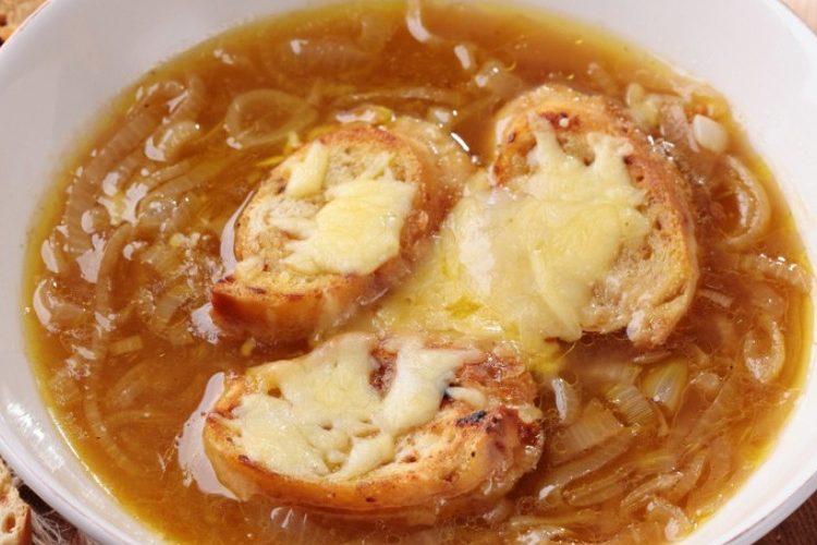 طريقة عمل شوربة البصل الحار بالجبن