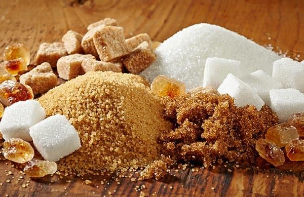 ما الفرق بين السكر البني والأبيض؟