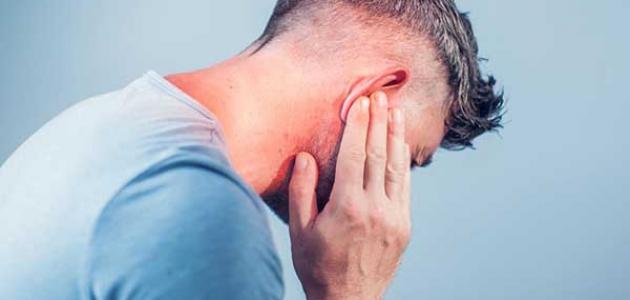 ما هي أسباب التهاب الأذن الوسطى والدوخة؟