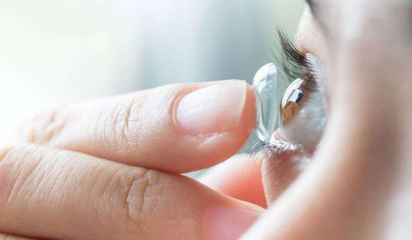 ما أسباب التهاب العين عند ارتداء العدسات؟