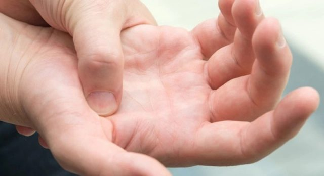 ما أسباب تنميل اليدين اثناء النوم؟