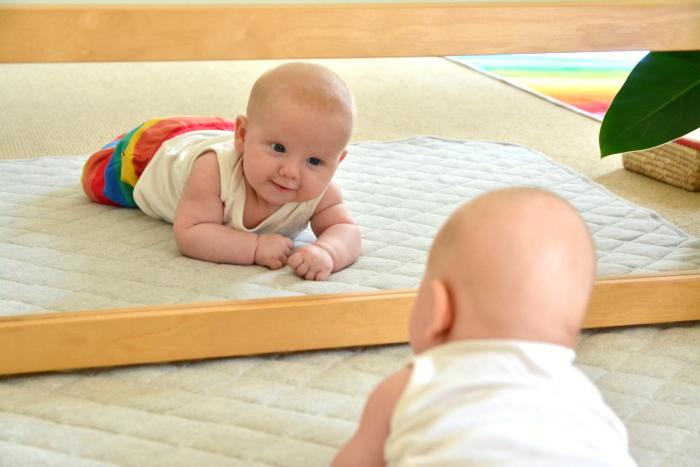 لماذا ينجذب الرضع للمرايا؟